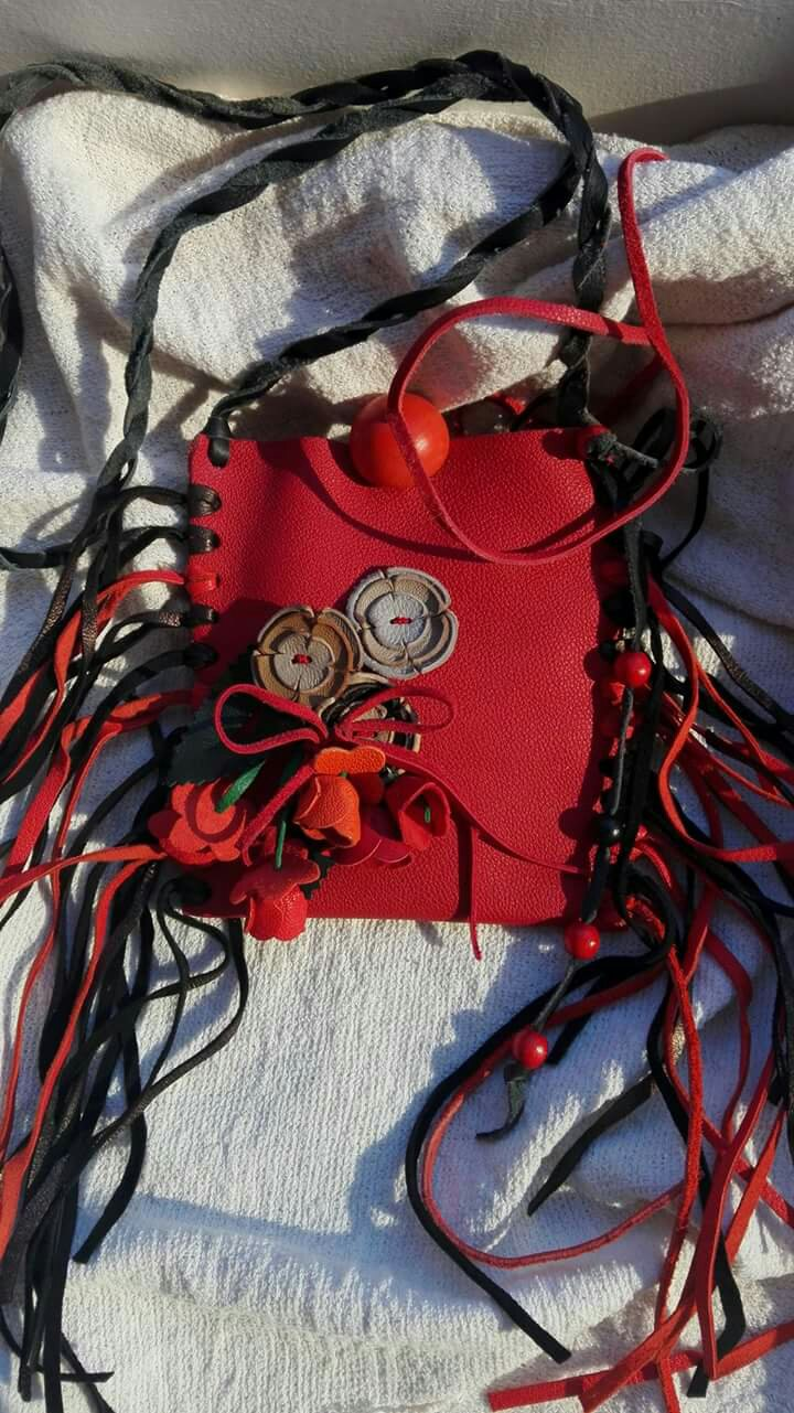 Geanta piele rosie trandafiri franjuri indrazneata cadou craciun femeie heartwarming sibiu