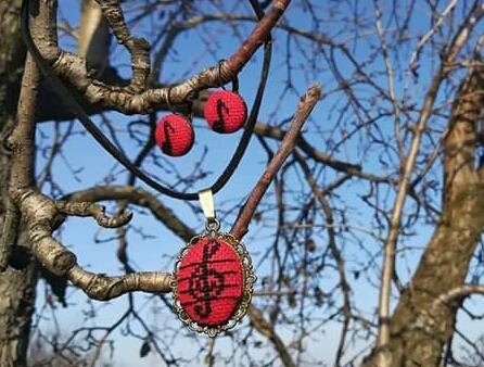 Set medalion cercei cusut manual cheia sol muzica rosu